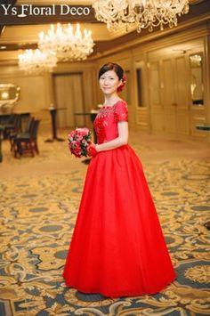 2006年12月フォーシーズンズホテル挙式の新婦さんです。ずーっと前にお写真頂いていましたのに(汗)。ドレスの厚みのある質感、そしてこの朱に近い赤。お母さ... Bride, Formal Dresses, Floral, Vintage, Style, Fashion, Dresses For Formal, Moda, Stylus