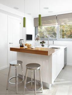 Molins Interiors // arquitectura interior - interiorismo - cocina - isla - barra - taburete - mobiliario