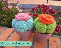 Cactus Gordito con Flor Amigurumi - Videotutorial en Español aquí: http://www.happyganchillo.es/2014/07/como-hacer-un-cactus-de-ganchillo.html