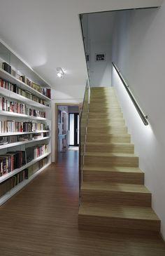Kalené bezpečnostní sklo nezatěžuje prostor jako sloupkové dřevěné zábradlí. Madlo funguje zároveň i jako osvětlení schodiště. Návrh architektonické kanceláře ADR.