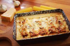 A cannelloni az egyik legvagányabb olasz tésztakaja. Gondoljunk csak bele: adottak a pofás kis csőtészták, amit a világ összes finomságával meg lehet tölteni, utána pedig csak nyakon kell önteniegy isteni mártással és sütőben készre sütni! Itt egy sült paradicsomos, sült fokhagymás, ricottás töltelék kerül a csövekbe és baconnel + sok parmezánnal felturbózott besamellt locsolunk a … Continued
