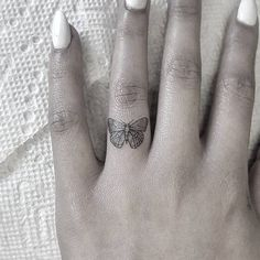 Butterfly tattoo on the ring finger. Small Finger Tattoos, Ring Finger Tattoos, Finger Tattoo Designs, Small Tattoos, Finger Tattoo For Women, Dainty Tattoos, Pretty Tattoos, Cute Tattoos, Body Art Tattoos