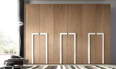 une grande armoire en bois avec des poignées intéressantes