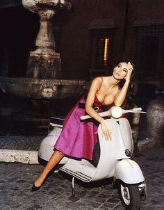 Monica Bellucci at a Vespa. Monica Bellucci, Vespa Girl, Scooter Girl, Motor Scooters, Vespa Scooters, Motos Vespa, Cinema Tv, Mod Scooter, Mod Girl