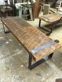 Régénéré banc  de grange en bois avec jambes de fer riveté