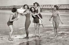 1924 Bathing Beauties on the Beach Vintage Photograph Vintage Beach Photos, Vintage Swim, Mode Vintage, Vintage Photographs, Vintage Ladies, Vintage Bikini, Bathing Beauties, Bikini Photos, Photo Archive
