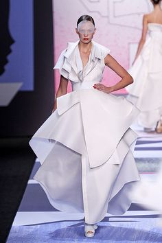 ART IS ALIVE: Viktor and Rolf Spring 2011