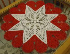 Centro de mesa em crochê, feito com linha Bella da Pingouin 100% algodão, nas cores branco e vermelho. Uma linda Estrela com aplicação de Corações em toda volta, charme e sofisticação na decoração de sua mesa.  Medida: 70 cm x 70 cm R$ 80,00
