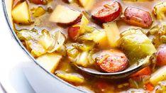 Cette recette de soupe au chou, à la saucisse et aux pommes de terre est à la fois nourrisante et gourmande.Elle est en plus particulièrement savoureuse et facile à pr&eacu