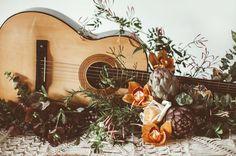 guitar centerpiece Bohemian Chic Weddings, Bohemian Wedding Inspiration, Boho Chic, Boho Wedding, Dream Wedding, Autumn Wedding, Moroccan Wedding Theme, Wedding Centerpieces, Wedding Decorations