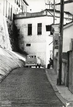 Kombi circulando pelas ruas do bairro da Saúde, Zona Portuária do Rio de Janeiro, maio de 1970. Arquivo Nacional. Fundo Correio da Manhã.  BR_RJANRIO_PH_0_FOT_00675_106