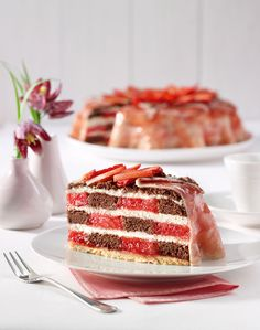Erdbeerblüten-Schachbrett-Torte - Schichttorte aus Biskuitteig, Streuselteig, Rhabarber und Erdbeeren