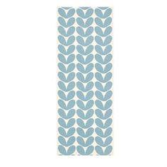 Brita Swedens matta Karin är en härlig plastmatta i en vacker ljusblå färg som kommer i flera storlekar. Mattan passar i hallen, vardagsrummet eller i sovrummet.