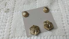 Avon Golden Pinwheels Button Covers and Pierced earrings Mint Condition 1985