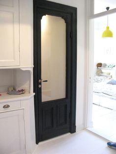 """Vacker gammal glasdörr med dörrhandtag """"Pärlrand"""" och nyckelskylt med kläpp: http://www.byggfabriken.com/sortiment/dorrhandtag/klassiska-dorrahandtag/info/produkter/560-106-trycke-paerlrand/"""