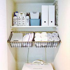 女性で、1Kのヒオリエ/100いいね!ありがとうございます♪/ひとり暮らし/タオル収納…などについてのインテリア実例を紹介。「洗濯機置場、配置換えしました! 左のカゴの中に洗濯バサミとランドリーネット、 上のファイルボックスにはハンガーと洗剤のストックが入っています◡̈⃝*.♩ ボックスの中は石鹸とか細々したもの! 当分これで使ってみようと思います♡」(この写真は 2017-08-01 17:52:36 に共有されました)