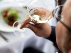 «Αγνό» κρασί δεν σημαίνει ανώνυμο  Πολλοί είναι αυτοί που μιλούν για «αγνό» ή «σπιτικό» κρασί, ενώ δεν λείπουν και οι επαγγελματίες, που για να προσπεράσουν την ανωνυμία ενός οίνου οικειοποιούνται αυθαίρετα και αποπροσανατολιστικά το προϊόν, παρουσιάζοντάς το ως «δικό τους» –«αγνό»– κρασί. Όμως, «αγνό» κρασί δεν σημαίνει ανώνυμο!