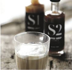 Recept voor een latte met caramelsmaak: Schenk 30 ml caramelsiroop in een groot glas. Voeg daar 150 ml warme melk aan toe. Voeg vervolgens 1 kopje koffie toe en smullen maar! Tip: serveer de latte met chocolade van Simply Chocolate. Een perfecte combinatie!