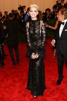 Anne Hathaway en la Gala del Punk del Metropolitan http://www.zoomnews.es/galerias-imagenes/vestidos-las-celebrities-gala-del-punk-del-metropolitan