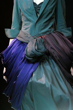 mode japonaise : Yohji Yamamoto S/S 2011 Style Couture, Couture Fashion, Fashion Art, High Fashion, Yohji Yamamoto, Japanese Fashion Designers, Brown Dress, Donna Karan, Mode Style