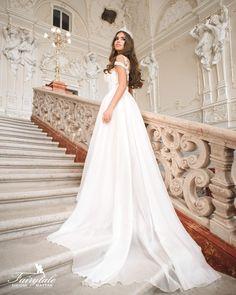 White Wedding Dresses, Facebook, Fashion, Moda, Fashion Styles, White Wedding Gowns, Fashion Illustrations, White Homecoming Dresses