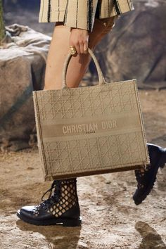 Christian Dior Spring Summer 2020 trends runway coverage Ready To Wear Vogue details bag canvas accessories 2020 Spring 2020 Beauty and Accessory Runway Trends Report - Mode Rsvp Chanel Purse, Chanel Handbags, Purses And Handbags, Celine Handbags, Ladies Handbags, Blue Handbags, Chanel Bags, Leather Handbags, Vogue Paris