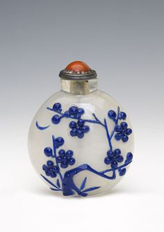 A clear glass snuff bottle, 1750-1900. | Burghley Collections
