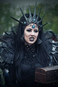 Love the crown.  Photo from Elf Fantasy Fair 2011 in the Netherlands