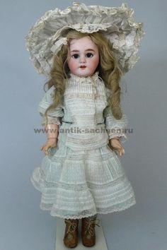 Французская антикварная кукла, сделана в 1895 - 1900 годы на фабрике Jumeau в Париже. Размер куклы 50 см. Фарфоровая голова производства немецкой фарфоровой фабрики Simon & Halbig. На голове красная маркировка фабрики «Tete Jumeau» и размер «8». #dolls #dollcollection #Jumeau #антикварнаякукла #poupee #фарфороваякукла #кукла