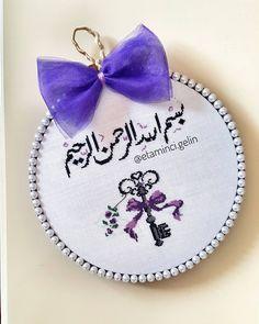 "434 Beğenme, 5 Yorum - Instagram'da Bir Gelinin El Emeği  (@etaminci.gelin): ""Şule hanımın #kapısüsü süsü evine uğur getirsin inşallah ❤ ♡ Bir evin en güzel anahtarıdır…"" Cross Stitch Art, Cross Stitch Designs, Cross Stitch Patterns, Embroidery Stitches, Hand Embroidery, Diy Old Jeans, Islamic Art Calligraphy, Projects To Try, Inspiration"
