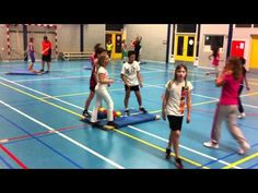 Living quartet: try to collect the same materials on your own mat by taking them away on another mat Physical Education Activities, Pe Activities, School Bo, School Sports, Pe Lessons, Gymnastics Training, Pe Ideas, Gym Games, Primary School
