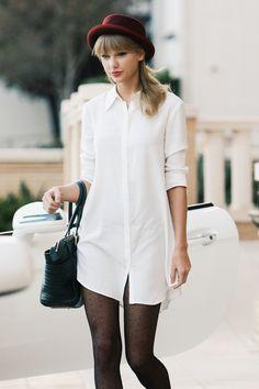 Taylor Swift in our FIG DRESS. refbabe-figdress #vestido #chemisier #camisa branca #manga #botões #meias #preto&branco #bolsa #chapéu