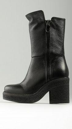 Vulcanized rubber sole black boots