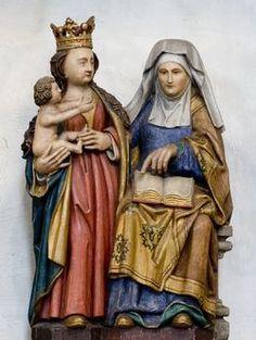 Eikenhout: hoogte 62 cm  Opper-Gelre; 1e kwart 16e eeuw De nu zichtbare polychromie is van na de 2e W.O.  Opvallend is de geheel bewerkte achterkant van het beeld. De haren van Maria, die achter over haar kleed vallen, de rechterarm van Anna, haar hoofddoek en haar mantel zijn volledig uitgewerkt. Deze bewerkte achterzijden van beelden zijn een typisch kernmerk van de werken uit het atelier van de Meester van Elsloo.
