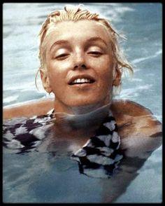 Juin 1955 / (Photos Milton GREENE) Marilyn dans la piscine du célèbre photographe à Weston dans le Connecticut.