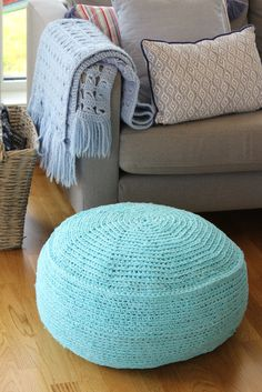 Hjerterommet: Heklet puff av gammelt dynetrekk Bean Bag Chair, Knit Crochet, Ottoman, Embroidery, Rugs, Knitting, Crochet Ideas, Furniture, Home Decor