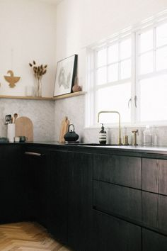 Great use of dark tones - creating a classic kitchen look