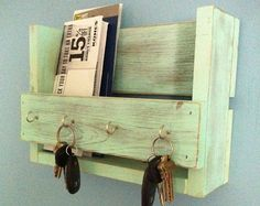 This amazing rustic wooden key holder and mail organizer is made from reclaimed wood (mostly pine) that I have painted and distressed. Pallet Crafts, Diy Pallet Projects, Home Projects, Woodworking Projects, Pallet Ideas, Woodworking Plans, Popular Woodworking, Woodworking Furniture, Diy Projects For Couples