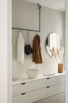Interior: 3 Trends für kleine Flure - The Limits of Control Interior: 3 trends for small hallways - Hallway Inspiration, Interior Inspiration, Diy Bedroom Decor, Diy Home Decor, Style At Home, Small Hallways, Interior Decorating, Interior Design, Ikea Interior