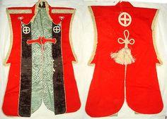 緋羅紗地丸に十字紋陣羽織25代 久静が着用したものです。典型的な幕末期の陣羽織です。  緋羅紗地で、襟には黒ビロード地を使い、白羅紗で丸に十字紋を置くなど、細部まで装飾を凝らしており、背面の大きな総角の飾りなどは、通常大名の陣羽織にはあまり用いられていない派手なつくりです。  久静は、文久2年(1862)、宗家の藩主 島津久光が兵を率いて京に上るとき、命により都城の兵とともに京へむかい、天皇御所の警備にあたったことが知られています。その際に着用されたものかもしれません。