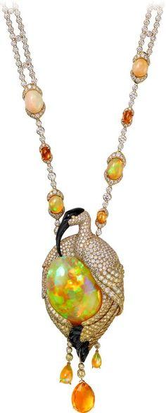 CARTIER. {Close up} Collier - or jaune, une opale taille cabochon de 47,38 carats, une opale de feu taille briolette de 5,01 carats, 2 opales d'Ethiopie taille goutte pour un total de 2,48 carats, opales, opales de feu, grenats mandarins, onyx, diamants jaunes, diamants taille brillant. #Cartier #CartierRoyal #2014 #HauteJoaillerie #HighJewellery #FineJewelry #Opal #FireOpal #MandarinGarnet #Onyx #YellowDiamond #Diamond