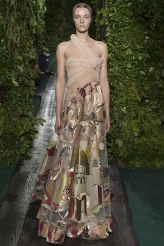 Valentino Official Website - Discover the Valentino Women Haute Couture Look Fall Collection. Watch the Fashion Show, Accessories and much more. Valentino Couture, Valentino Dress, Valentino Women, Valentino Garavani, Haute Couture Looks, Style Couture, Couture Fashion, Fashion Show, High Fashion