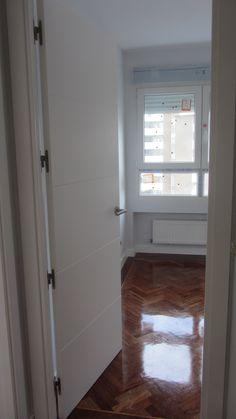 Carpintería de madera lacada en blanco, puerta con decoración 4 franjas horizontales.