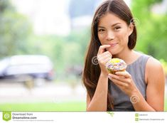 cupcake-woman-eating-cupcakes-new-york-central-park-manhattan-business-unhealthy-food-snack-lunch-break-smiling-34645121.jpg (1300×957)