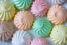 O suspiro de gelatina fica sequinho por fora e molinho por dentro, derrete na boca. Você pode fazer para festas de aniversário. Suspiro de Gelatina