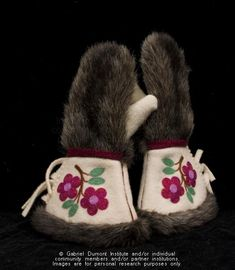 The Virtual Museum of Métis History and Culture Native Beading Patterns, Bead Embroidery Patterns, Beadwork Designs, Seed Bead Patterns, Ribbon Embroidery, Beaded Moccasins, Bead Sewing, Beaded Lanyards, Nativity Crafts