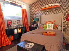 Menino adolescente surfista quarto laranja