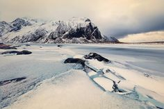 Breathtaking Winter Pictures of Lofoten Islands  The Lofoten Islands are an Norwegian archipelago located at the North of the country at the level of the polar circle. Islands offer atypical lanscapes between sea and mountains. German photographer Franz Sußbauer travel there and immortalized the winter landscapes. Snow-coated cliffs plunge in the cold water. Landscapes with a rare purity that the pink color of setting sun come to heat.