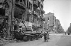 Berlin 1945 Ein Panzerwrack in der Straße im Sommer '45