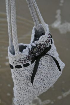 Top 10 Gorgeous Free Crochet Patterns for Handbags ❁•Teresa Restegui http://www.pinterest.com/teretegui/•❁